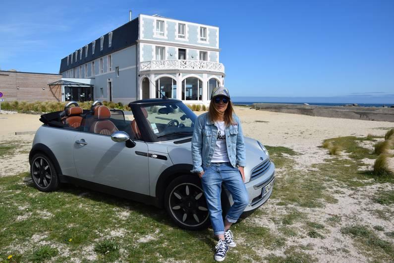 Cheveux au vent en Mini Cabriolet | Jupette & Salopette