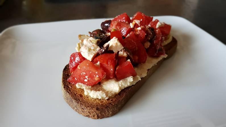 Bruschettas aux tomates, olives, feta sur lit de houmous | Jupette & Salopette