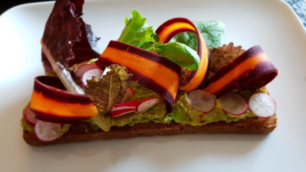 Tartine végétarienne avocat et légumes crus | Jupette & Salopette