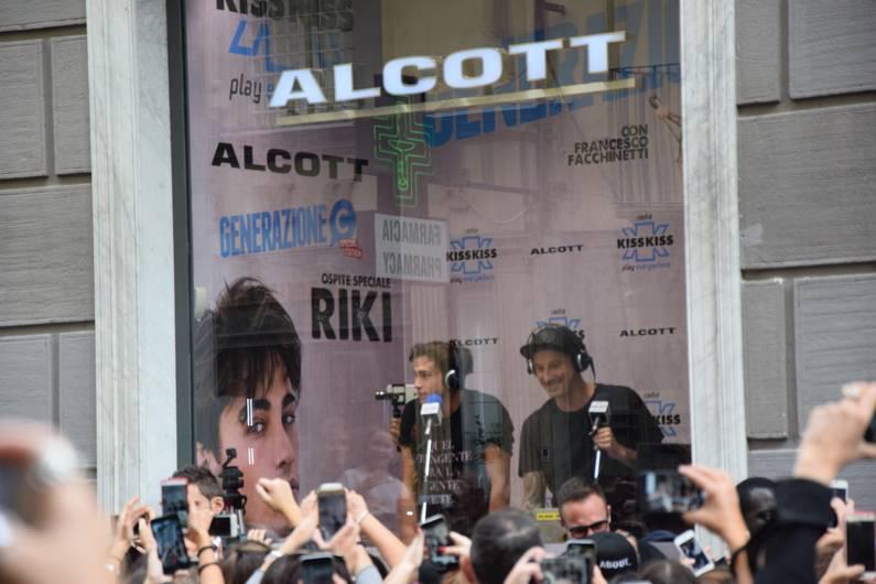 Chanteur RIKI à Naples | Jupette & Salopette