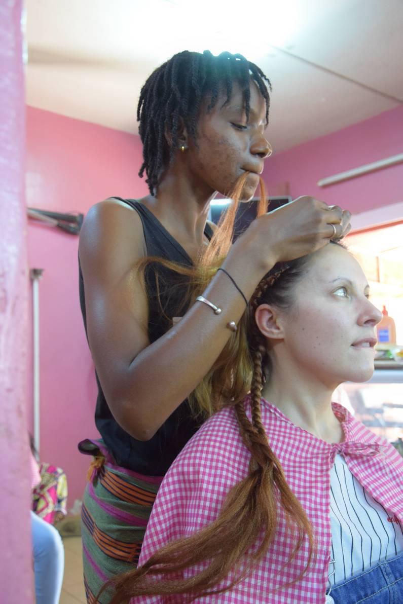 Tressage de cheveux au Burkina Faso | Jupette & Salopette