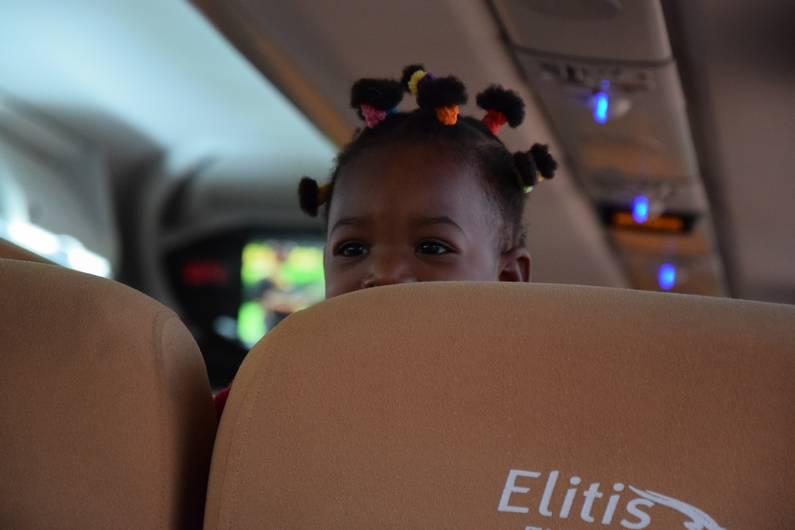 Enfant dans le bus à Banfora au Burkina Faso | Jupette & Salopette