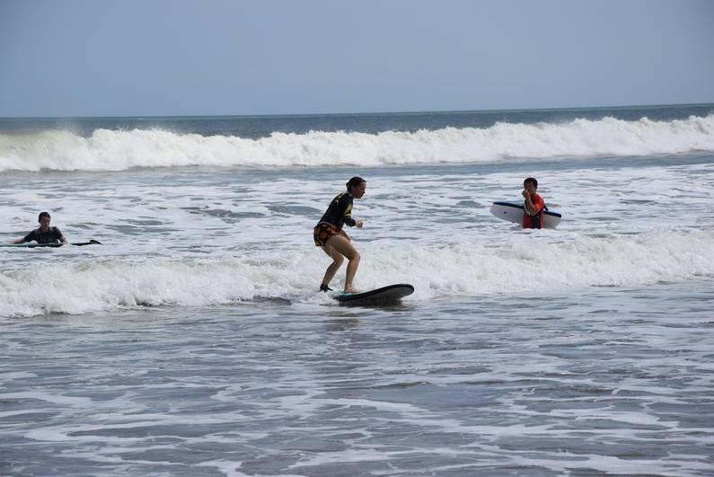 Leçon de surf à Legian - Bali | Jupette & Salopette