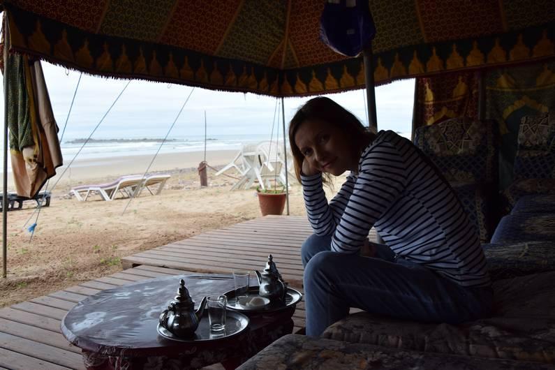 Claudie sur la plage de Legzira | Jupette & Salopette