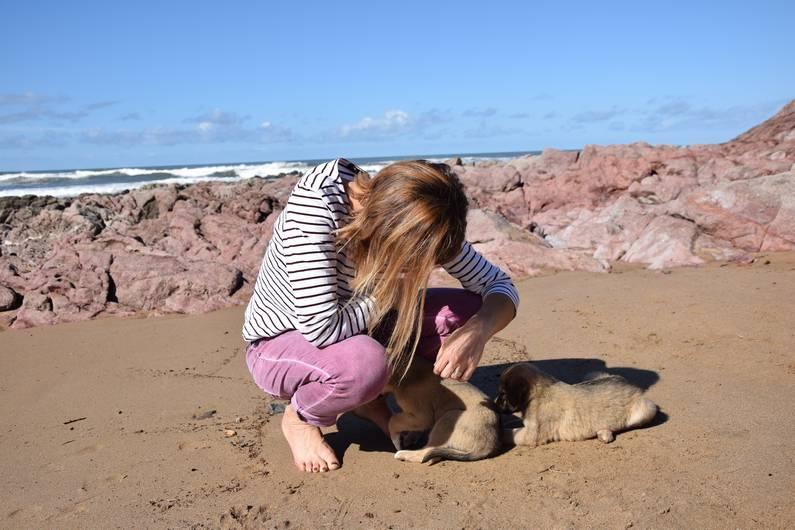 Claudie et un chien à Mirleft | Jupette & Salopette