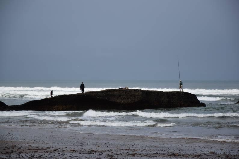 Pécheurs sur la plage de Legzira | Jupette & Salopette