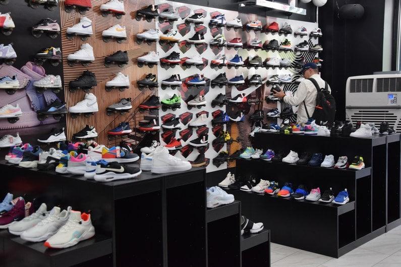 Magasin de sneakers à HARLEM | Jupette & Salopette