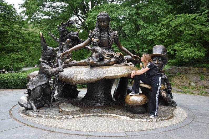 Central Park - Statue d'Alice in Wonderland   Jupette & Salopette