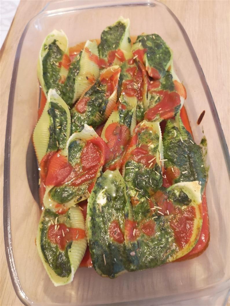 Conchiglioni farcies chèvre épinards sur lit de sauce tomate | Jupette & Salopette